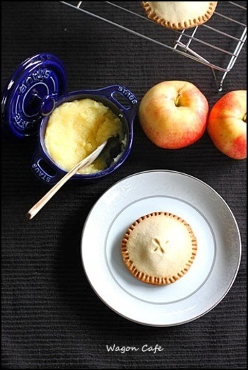 りんごバターをフィリングにしてアップルパイ風のクッキーにアレンジ!フルーツのうまみが詰まったフルーツバターは、色々なお菓子に応用できそうですね。
