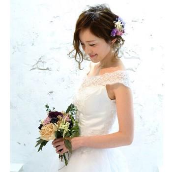 小花とベリーをあしらったヘッドドレスを付けた、後れ毛を生かしたシンプルなヘアアレンジ♪揺れるゆるふわ前髪&後れ毛を印象付けています。