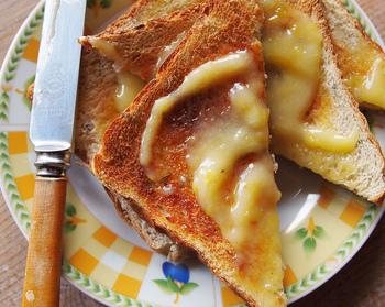 一番簡単でシンプルな食べ方はやっぱりパンやクラッカーに塗って食べる方法。さっぱりしているから何枚でもいけちゃいそうです。