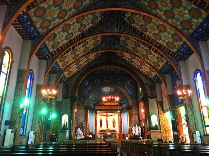 ピエタ像や、フランスのルルドの泉のマリア像もありとても存在感のある教会です。写真の様に様々な色で彩られていて美しい教会です。