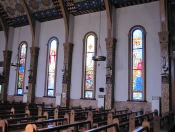 柔らかい外観とは違い、江戸時代のキリシタン弾圧時代を背負う歴史ある教会でもあります。