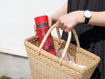 お気に入りのマグボトルに温かい飲み物を。いつものコーヒーや紅茶、ココアなども、外で飲むとまた違った味わいになります。