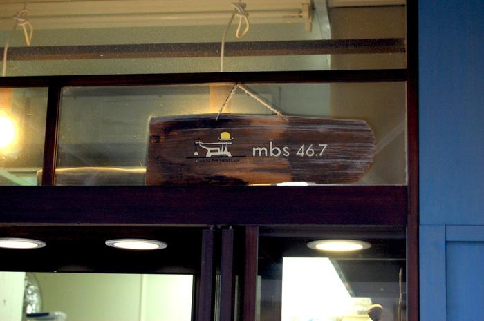 鎌倉駅東口、野菜市場でおなじみの連売市場の裏手に位置するmbs46.7(エムビーエス ヨンジュウロクテンナナ)は、看板もとってもおしゃれな対面式パン屋さん!