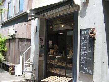 おしゃれな建物にあるmbs46.7。お散歩ついでにふらりと立ち寄りたいお店です。