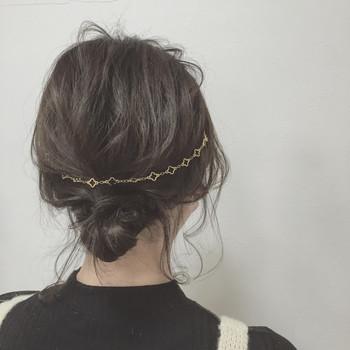 髪全体を軽く巻いたら低めの位置でゆるめのお団子をつくります。 毛先をゴムに巻きつけたらピンで留めて、バックカチューシャをつけたら完成♪ 後れ毛をだして全体的にルーズな雰囲気に仕上げるのがポイントです。