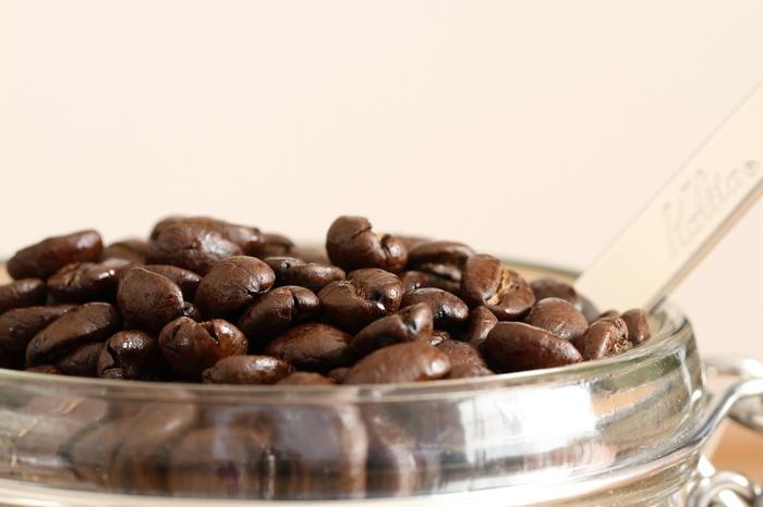 キャニスターに入れられるものはいろいろあります。コーヒー豆もその中の一つ。袋のまま置いておくよりもおしゃれに保存できそうですね☆