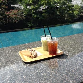修善寺の温泉宿「東府や」の敷地内にある、ベーカリー&カフェ[足湯テラス]。  足湯に浸かりながら、風景と軽食、コーヒーを楽しむことができます。