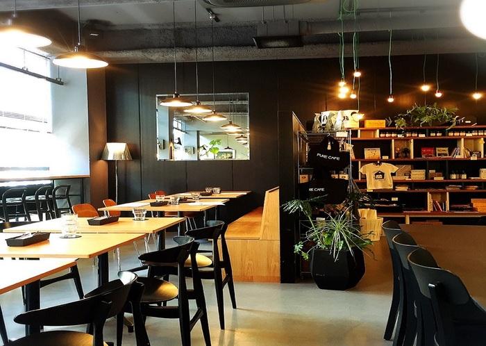 オーナーは、アートディレクター/プロデューサーの清野玲子さん。肉食への危惧から2000年に青山でスタートした「カフェエイト」から現在に至ります。野菜や豆・穀類を使うメニューは、わが国のヴィーガンレストランのブームに火を点けたと言われています。