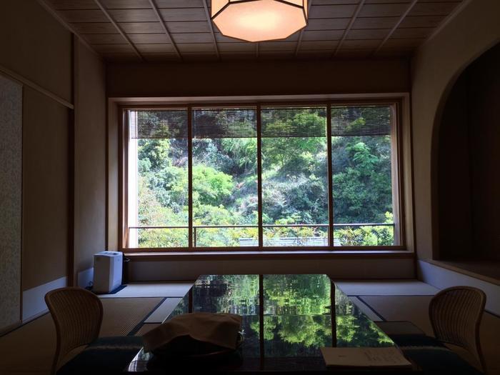 延徳元年(1489年)開業の旅館「あさば」は、520年以上の歴史を刻む由緒ある宿(現在の建物は明治初期に建造)です。  水と緑に囲まれた野外能舞台や、竹林と池を眺めながら浸かる野天風呂、地元の素材を使った料理が自慢の老舗の宿。