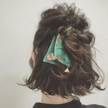 サイドの髪を残しハーフアップ&くるりんぱします。次にサイドの髪をねじって先にくるりんぱしたゴムの上で留めます。 くるりんぱした毛先を1回転させて三角クリップで留めれば完成!