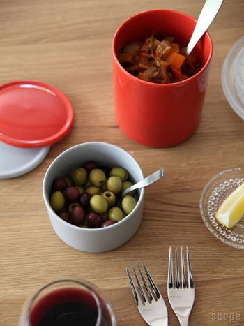 冷蔵庫に入れられるサイズのキャニスターには、ピクルスやソース、クリーム、ジャムなどを入れる方法も☆料理がちょっと余ってしまった時はラップの節約にもなるし、おしゃれな容器ならそのまま食卓に出せるので便利です♪