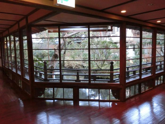 【「湯回廊」の宿名の通り、自然豊かな中庭が眺められる廊下が館内を廻っています。】