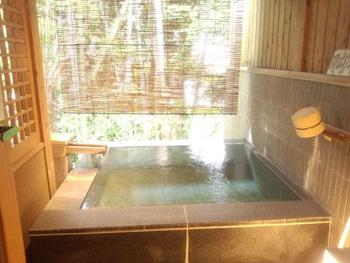 【画像は、桂川に面した「離れ 草庵」。竹林に囲まれたこの客室には、24時間掛け流しの露天風呂が付いています。】