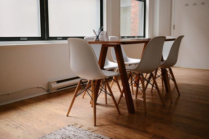ほうきの素材として使用されることの多い「棕櫚(しゅろ)」には、天然の油分が含まれています。そのため、棕櫚のほうきで床や畳を掃き続けていると、自然なツヤが生まれるのだそう。メンテナンス効果が期待できるんですね!