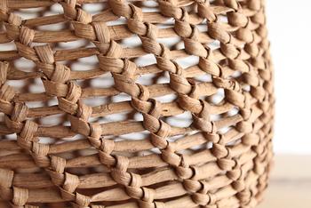 こちらは、とても丈夫な「やまぶどう」の樹皮であみあげたカゴバック。ギュギュッと丈夫に編まれている自然素材の肌感が魅力です。