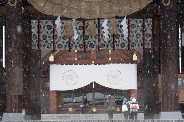 明治4年に「札幌神社」として建立された北海道神宮は、北海道で最も大きく由緒ある神社。お正月には三が日で80万人以上の人が参拝すると言われるほか、四季を通して厳かで美しい神式の婚礼も執り行われます。本殿に至る桜並木の長い参道は、冬には白い雪化粧に。凛と澄んだ気持ちになれるパワースポットです。