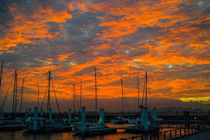 ストンと落ちる夕陽。ヨットに興味がなくても、なんだか心に染み入る光景です。ここからは、常吉大橋を渡り舞洲へ入ることが出来ます。