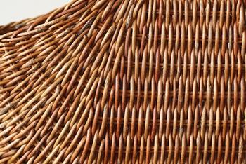 「あけび」もやはり気になる素材。柔らかくしてから編む手間や技術が必要なためお値段が張ることが多いですが、その美しさと耐久性に胸が熱くなります。