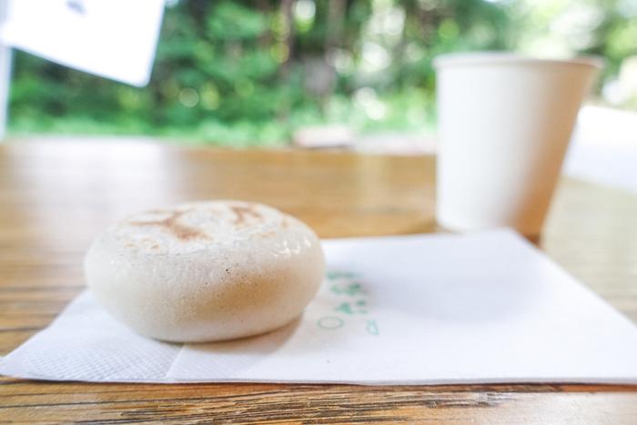 公園内や神社を散策して冷えた体を暖めるなら、北海道神宮境内にある「六花亭 神宮茶屋店」へ。そば粉を使用した焼き餅「判官さま」は、六花亭でもここでだけ提供しているお菓子。注文してから焼き上げてくれるから、アツアツをいただけますよ。