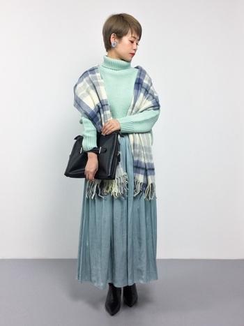 パステルミントグリーンやアイスブルーなどフェミニンな寒色カラーが印象的なスカートスタイル。オフショルダー風にストールを羽織れば、より女性らしさが引き立つ着こなしに。