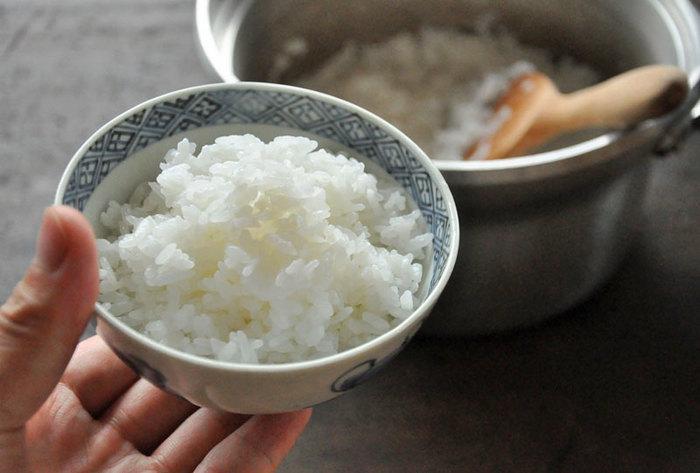 皆さんは、土鍋でご飯を炊いたことがありますか? 炊きたてのご飯はほかほかで美味しいけれど、土鍋で炊いたご飯はまた格別です。それに炊飯器で炊くよりも時間も短くて済むんですよ。