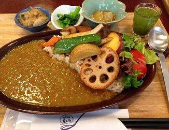 <野菜たっぷり玄米カレー> 940円 素揚げで旨味を引き出した野菜を、しっかり煮込まれ、野菜の甘味が溶け出したスパイシーなカレーでいただきます。夏の定番ランチになりそう。