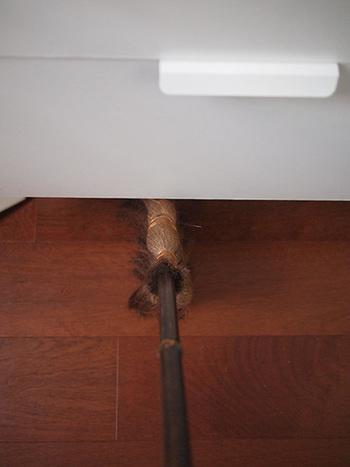 家具の下もこんな風に簡単にお掃除できますよ。掃除機では取りきれない隅っこのホコリもバッチリです!