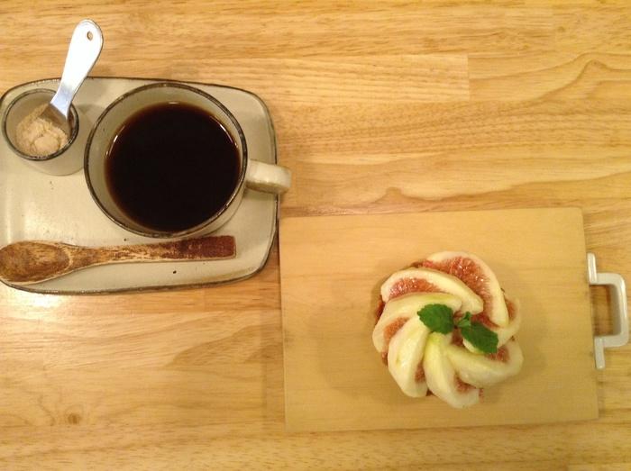 14:00~22:00まではカフェ利用もOK!こちらは〈イチジクのタルト〉と〈たんぽぽコーヒー〉。これやったら、カロリー気にせんと、ガツガツ食べてもええよね♪