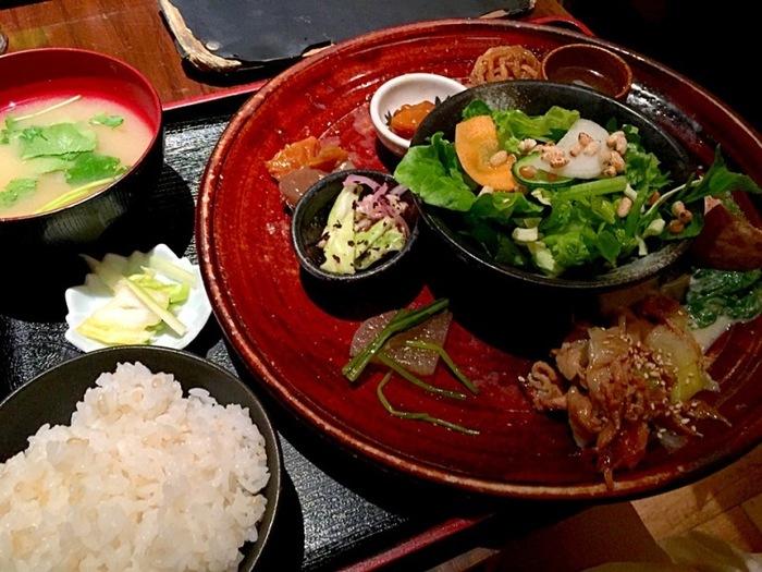 <肉と野菜の美食健康 日替わり御膳ランチ> 820円 おばんざいドッサリの日替わりランチは、玄米入りご飯のおかわり自由です。品数豊富で、何から食べ始めたらええか、迷いそうやね?