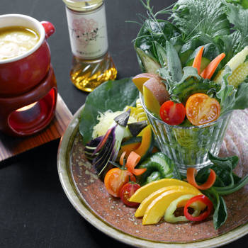 <近江野菜パフェ&バーニャカウダ> 980円 10種類以上の野菜を惜しみなく使った、お店の人気No.1メニュー。愛情たっぷり、栄養満点。野菜たちも誇らし気です。