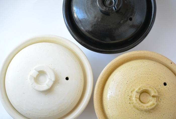 新しい土鍋は沸騰しにくいんですって。そこで必要なのは目止め。 1.土鍋の余分な不純物をさっと洗い落とし、よく乾燥させましょう。 2.土鍋に水を8分目まで入れて大さじ1杯の片栗粉を入れて火をつけます。 沸騰したら火を止めて冷ましてから中身をあけてください。  これででんぷん質が土鍋に浸透して、水漏れやシミを防いでくれるのです。