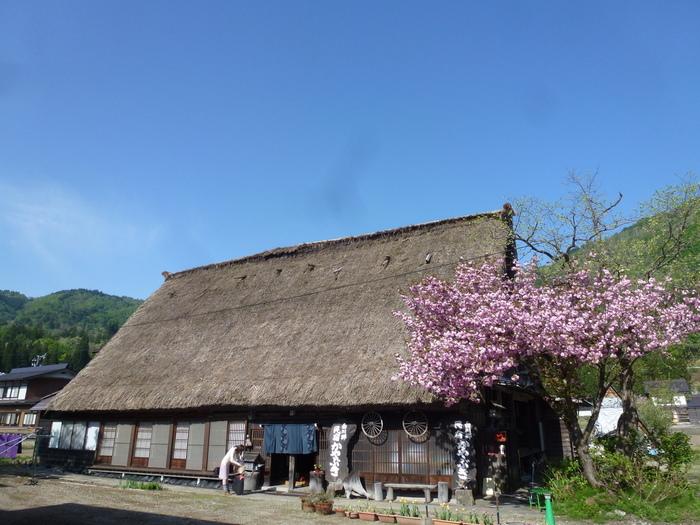 「白川郷かやぶき」は、築200年の温もりのあるお宿です。周りは田畑に囲まれており、都会の喧騒から離れてのんびりと寛ぐことができます。