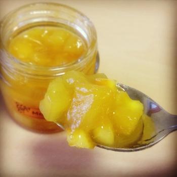 「モーニングブラスト」 パイナップル・オレンジの皮の角切り・アプリコットジュレが入った、さわやかなジャムです。 オレンジ系のトロピカルな味がお好きな方にはぜひ食べていただきたい1品。