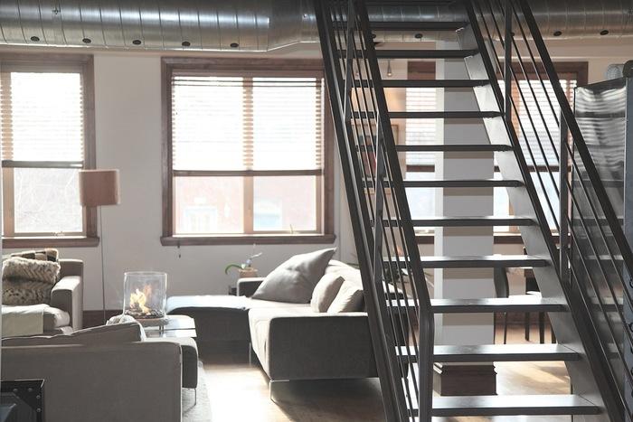 掃除機よりも手軽に手に取れるため、ゴミが目に付いたらすぐ掃除する習慣が身につきます。床や階段は長い柄のほうき、窓枠や棚の上は小さなほうきなど、使い分けることで家中がさっぱりしますよ。