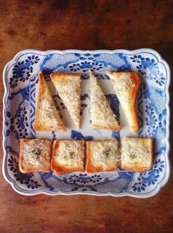 しらすとチーズでカルシウムたっぷりの一枚。おつまみにもいいですね。