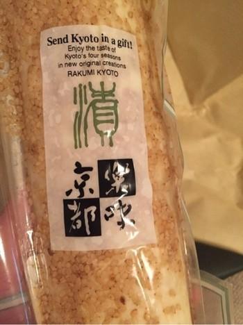 ゴマを「これでもか!」ってくらいふんだんに使った沢庵で、賞味期限は約10日。 購入できる場所は、JR京都駅に直結している伊勢丹デパートの地下。 漬物食料品場所で買えます。電車の待ち時間を使って買いに行くこともできますね。