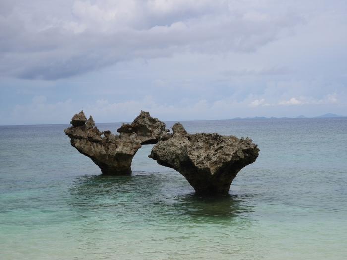 こちらは、島の北側のティーヌ浜にある「ハートロック」。波の浸食で岩の根元が削られたもので、人気のスポットになっています。古宇利島は、沖縄版のアダムとイブの伝承が残る恋の島ともいわれています。