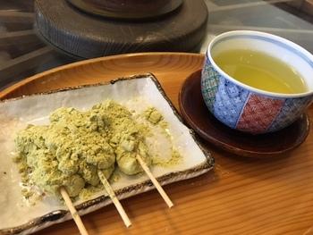 大津名物の「三井寺力餅」 子餅に当店独自のみつときな粉で味つけした優雅な風味が楽しめます。 添加物を一切使用していないのも嬉しいです。