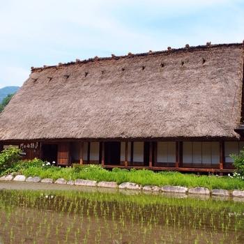 「孫右ェ門」は、庄川沿いに建つ築280年のお宿です。川のせせらぎを聴きながら、まったりとした時を過ごすことができます。