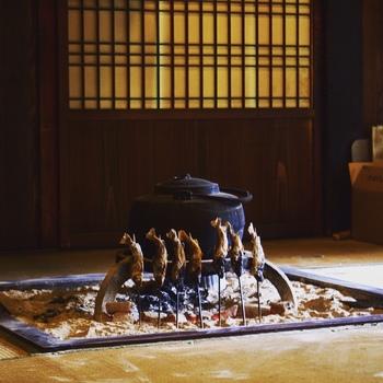 お食事は、囲炉裏を囲んでいただきます。飛騨牛はもちろん、囲炉裏で焼く川魚は絶品♪こちらのお宿は、お米も美味しいと評判です。