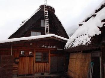 「利兵衛」は、荻町にあるこじんまりとした民宿です。なんと、400年の歴史があるのだそう。
