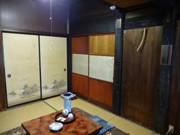 こちらは、お宿の客室。決して広くありませんが、時代を感じさせながらも清潔なお部屋です。
