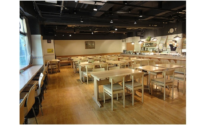 白樺製のテーブルとチェアは、飛騨高山の「オークヴィレッジ」に特注したもの。混んできた時は、相席となります。 お店のコンセプト「家族みんなで集まれるレストラン」のとおり、ベビーチェアや畳敷きの小上がりも。ランチタイムには、誘い合わせて来店する赤ちゃん連れが多いのもうなずけます。