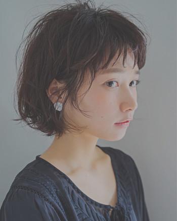 耳掛けスタイルの場合も、サイドの髪を無造作に残すと輪郭の気になる部分をカバーでき、小顔効果が期待できます。前髪はふんわりと立体感を出して。