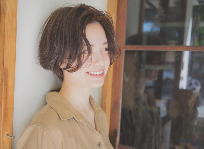 前髪は小顔ヘアの重要なポイントですが、顔型によって似合う前髪が異なります。例えば、丸顔さんの場合はおでこを出すセンターパートがおススメ。おでこの部分に三角ができるのですっきりとした印象に見えますよ。