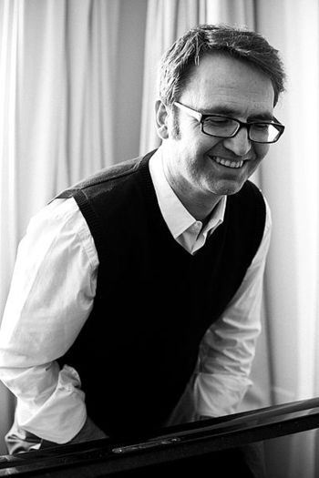 旧東ドイツ出身のピアニスト、作曲家のヘニング・シュミートは、シンプルで心が穏やかになるようなピアノ作品を多く生み出しています。ジャズやクラシック、民族音楽など多彩なジャンルで活躍している多彩なミュージシャンです。ピアノの陰にほんのわずかな電子音を加えるなど新しい試みにも積極的に挑戦し、その旋律は即興的でありながらも常に心地よい美的センスに溢れています。