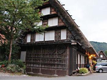 「源作(げんさく)」は、世界文化遺産である荻町合掌集落の中心にある民宿です。