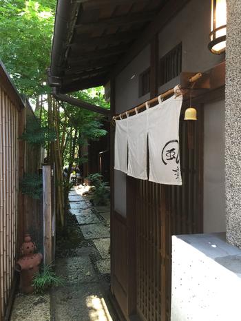 大正4年に建造され、市の有形文化財にも指定されたお屋敷を改装して営む「風凛」。細い路地を入った先に佇む、ひっそり落ち着いた和食と寿司のお店です。