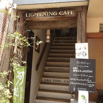 蔵作りの町並みから鐘つき通りを入り、時の鐘を通り越すと見えてくる「ライトニングカフェ」。急な階段を登った2階にあります。