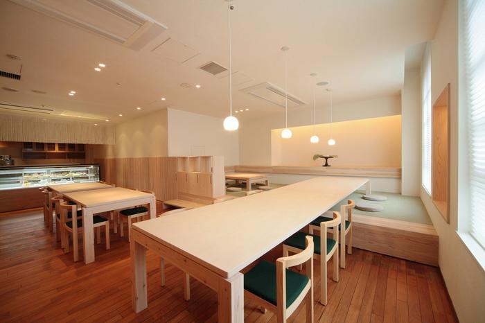 家具デザイナーの小泉誠さんと「折形デザイン研究所」の山口信博さんによって手掛けられた店内は、やさしくゆったりとした時間が流れています。
